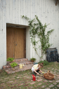 土いじりをするハーフの女の子の写真素材 [FYI04064949]