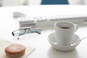 デスクの上のキーボードとパンケーキとコーヒーの写真素材 [FYI04065024]