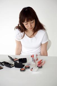 メイク道具を見る女性の写真素材 [FYI04065153]