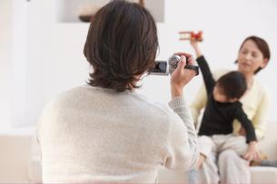 祖母と孫をビデオ撮影する祖父の写真素材 [FYI04065414]