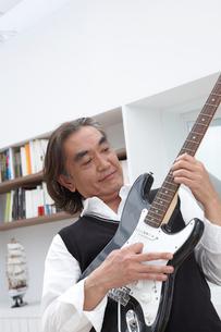 ギターを持つ男性の写真素材 [FYI04065433]