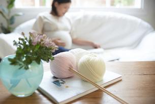 ソファで寛ぐ妊婦の写真素材 [FYI04065481]