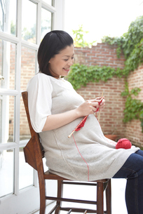 編み物をする妊婦の写真素材 [FYI04065508]