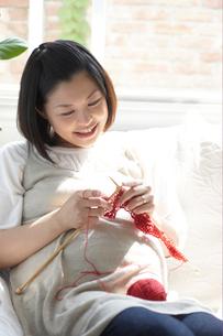 ソファで編み物をする妊婦の写真素材 [FYI04065513]