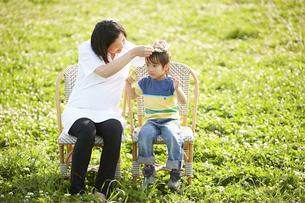 公園で寛ぐ妊婦と男の子の写真素材 [FYI04065528]