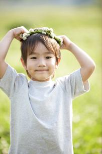 花の輪を頭に乗せた男の子の写真素材 [FYI04065530]