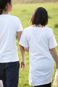 公園を歩く妊婦と夫の写真素材 [FYI04065532]