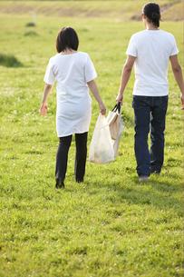 公園を歩く妊婦と夫の写真素材 [FYI04065536]