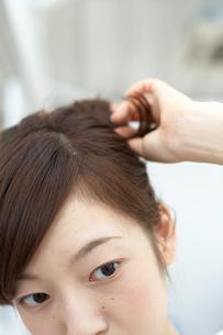 髪の毛を束ねる女性の写真素材 [FYI04065716]