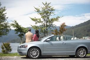 カップルと湖と車の写真素材 [FYI04065736]