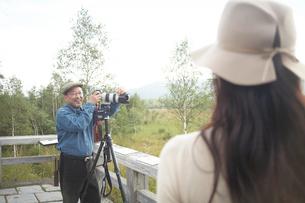 女性とカメラを持つ男性の写真素材 [FYI04065750]