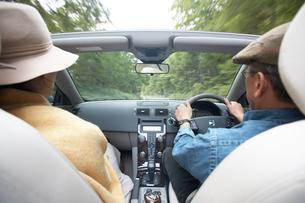 車に乗るカップルの写真素材 [FYI04065755]