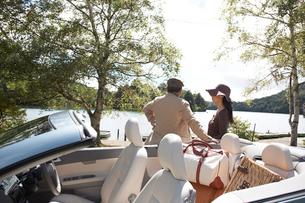 湖を見るシニア夫婦と車の写真素材 [FYI04065759]