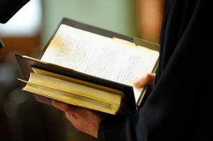 朗読する神父さんの手元の写真素材 [FYI04065787]