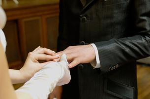 指輪交換をする新郎新婦の写真素材 [FYI04065789]