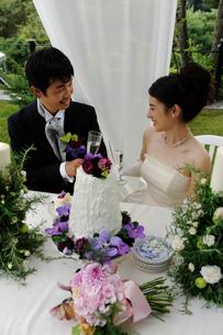 シャンパングラスを持つ新郎と新婦の写真素材 [FYI04065981]