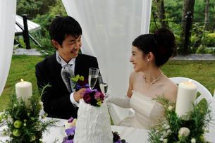 シャンパングラスを持つ新郎と新婦の写真素材 [FYI04065982]