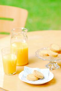 オレンジジュースとビスケットの写真素材 [FYI04066028]