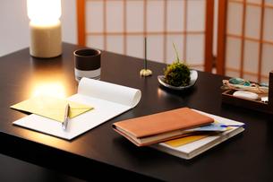 机の上のレターセットと本と小物の写真素材 [FYI04066095]