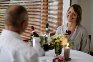 男性とワイングラスを持つ女性の写真素材 [FYI04066176]
