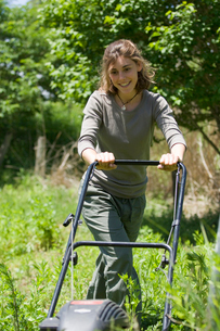 草刈をする女性の写真素材 [FYI04066187]