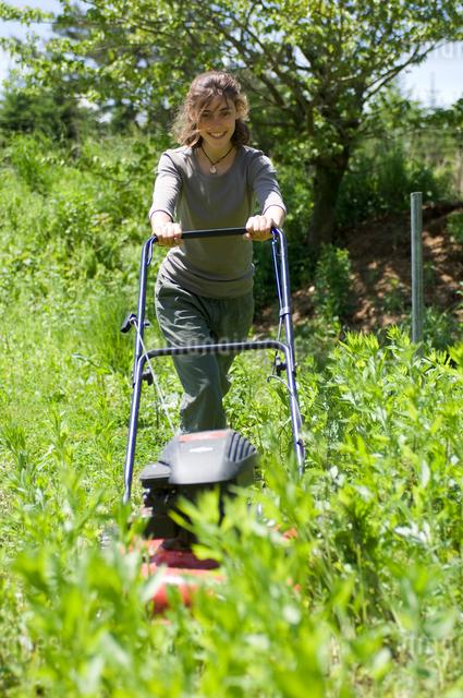 草刈をする女性の写真素材 [FYI04066188]