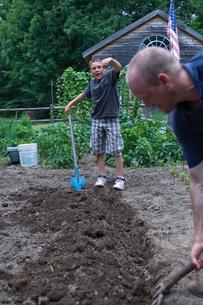 農作業をする大人と子供の写真素材 [FYI04066220]