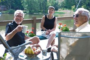 湖と男性2人と女性の写真素材 [FYI04066231]