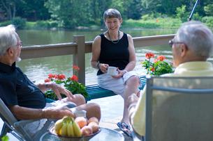 湖と男性2人と女性の写真素材 [FYI04066232]