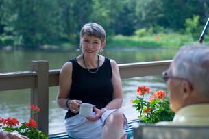 湖と男性2人と女性の写真素材 [FYI04066233]