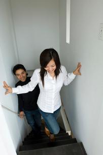 階段を上る男女の写真素材 [FYI04066246]