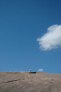 岩山を上る女の子の写真素材 [FYI04066291]