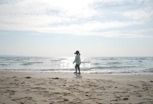 ビーチを歩く女の子の写真素材 [FYI04066292]