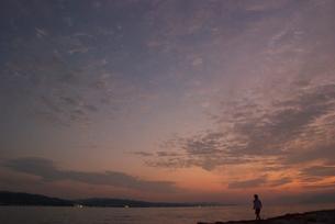 女の子と夕焼けの写真素材 [FYI04066293]
