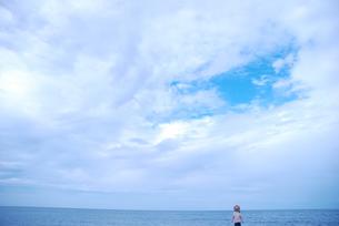 女の子と海の写真素材 [FYI04066294]