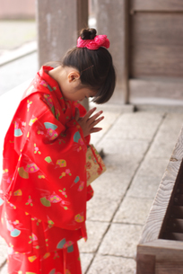 初詣でお参りをする女の子の写真素材 [FYI04066300]