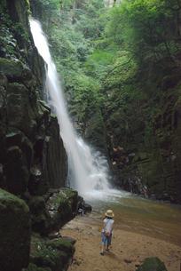 滝と女の子の写真素材 [FYI04066306]