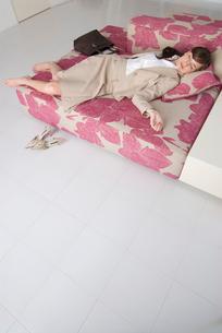 ソファで眠る女性の写真素材 [FYI04066376]