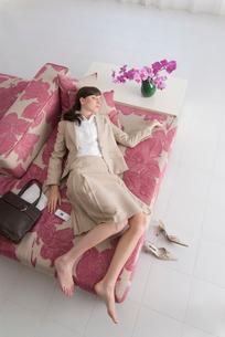ソファで眠る女性の写真素材 [FYI04066377]