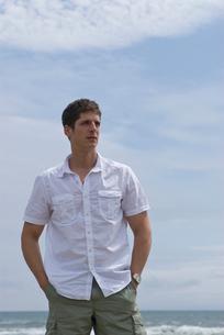 両手をポケットに入れて立っている男性の写真素材 [FYI04066489]