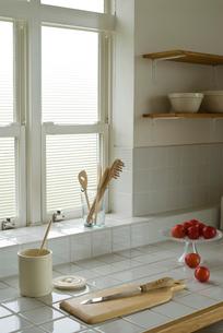 窓辺に置かれたキッチンツールや食材の写真素材 [FYI04066573]