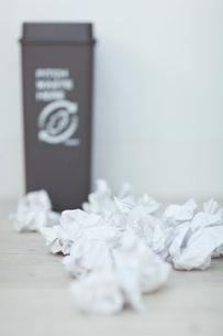 紙ゴミとゴミ箱の写真素材 [FYI04066654]