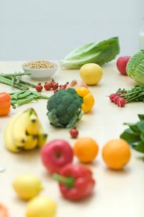 テーブルの上の沢山の野菜やフルーツの写真素材 [FYI04066655]