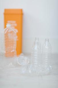 ペットボトルとゴミ箱の写真素材 [FYI04066657]