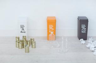 ゴミ箱と缶やペットボトルや紙ゴミの写真素材 [FYI04066658]