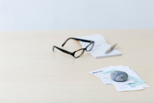 レシートや領収書と眼鏡と筆記用具の写真素材 [FYI04066664]