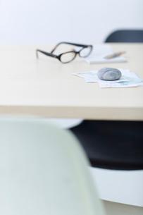 レシートや領収書と眼鏡と筆記用具の写真素材 [FYI04066665]