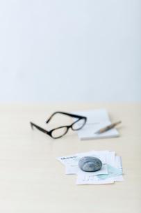 レシートや領収書と眼鏡と筆記用具の写真素材 [FYI04066666]