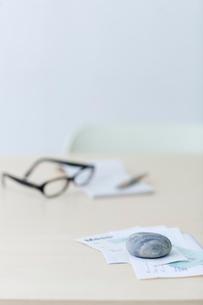 レシートや領収書と眼鏡と筆記用具の写真素材 [FYI04066667]