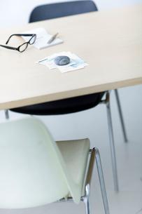 レシートや領収書と眼鏡と筆記用具の写真素材 [FYI04066668]